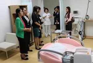 分娩室にて説明をうける研修生たち