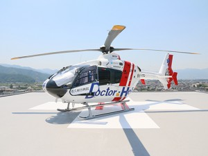 ヘリポートで離陸を待つドクヘリ。迫力があります。